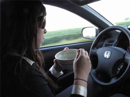 Không ăn uống khi lái xe ô tô