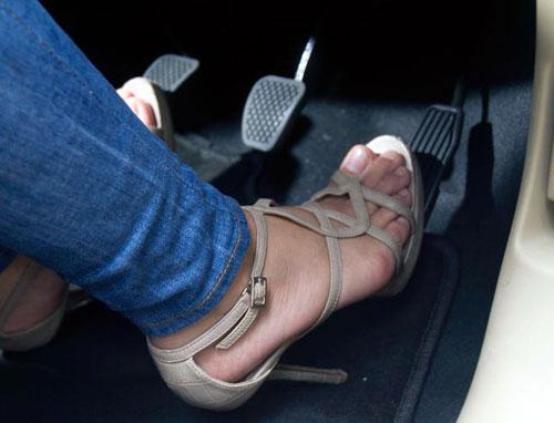 Không mang dép hay giày cao gót khi lai xe