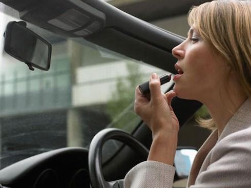 4 thói quen chết người khi lái xe ô tô