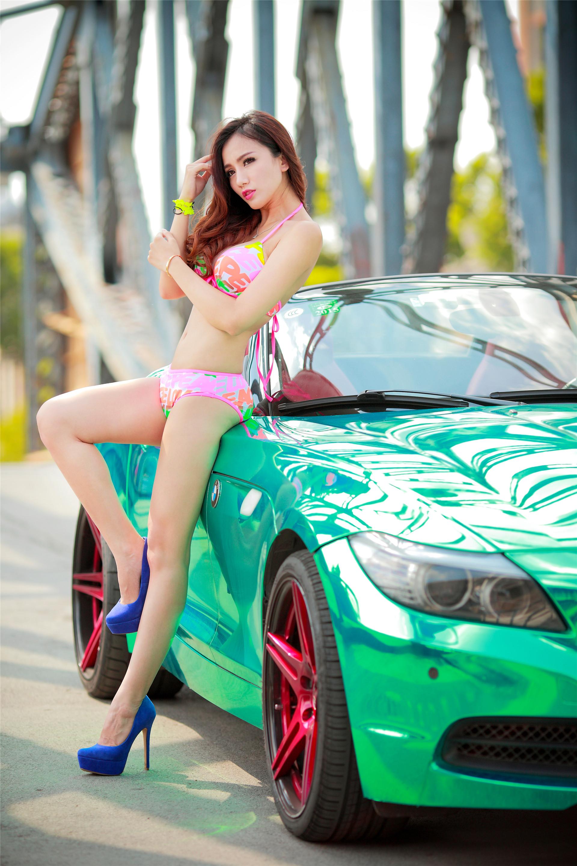 Cô nàng trong veo đầy gợi cảm bên BMW