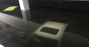 Xe ô tô ngập trong nước