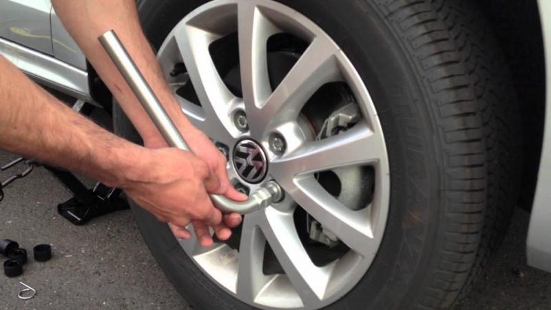 Xử lý thế nào khi ô tô xịt lốp trên đường