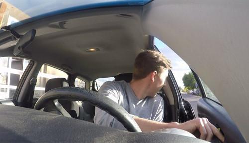 Cách mở cửa ô tô an toàn không gây tai nạn