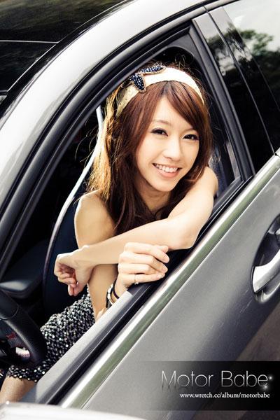Người đẹp khoe nét xuân thì bên Mercedes