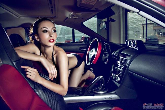 Mazda đỏ rực cũng không nổi bằng người đẹp