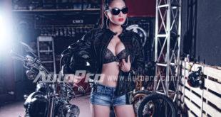 Người đẹp việt kiều tạo dáng bên Harley Davidson