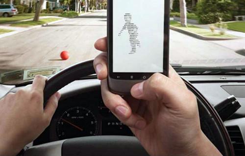 Nhắn tin khi lái xe hiểm họa trong tích tắc
