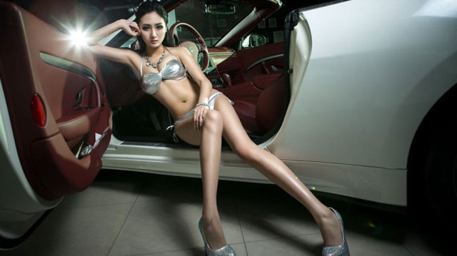 bikini tông xuyệt tông với xế hộp