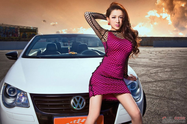 Váy lưới dạo chơi cùng Volkswagen Eos