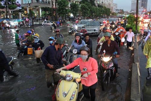 Mẹo đi xe máy an toàn khi trời mưa to ngập lụt