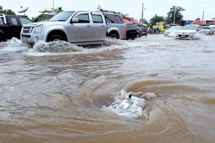 Lái xe mùa mưa bão an toàn với 12 kỷ năng cơ bản