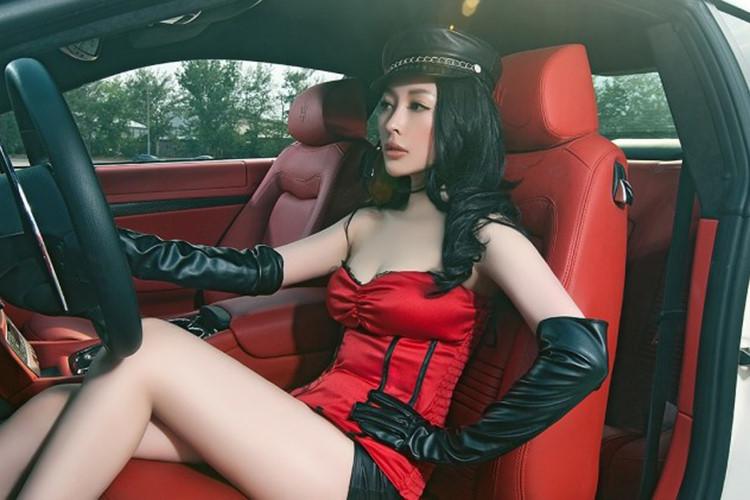 Ngắm vòng 1 bốc lửa của mẫu nữ bên xe Maserati Granturismo