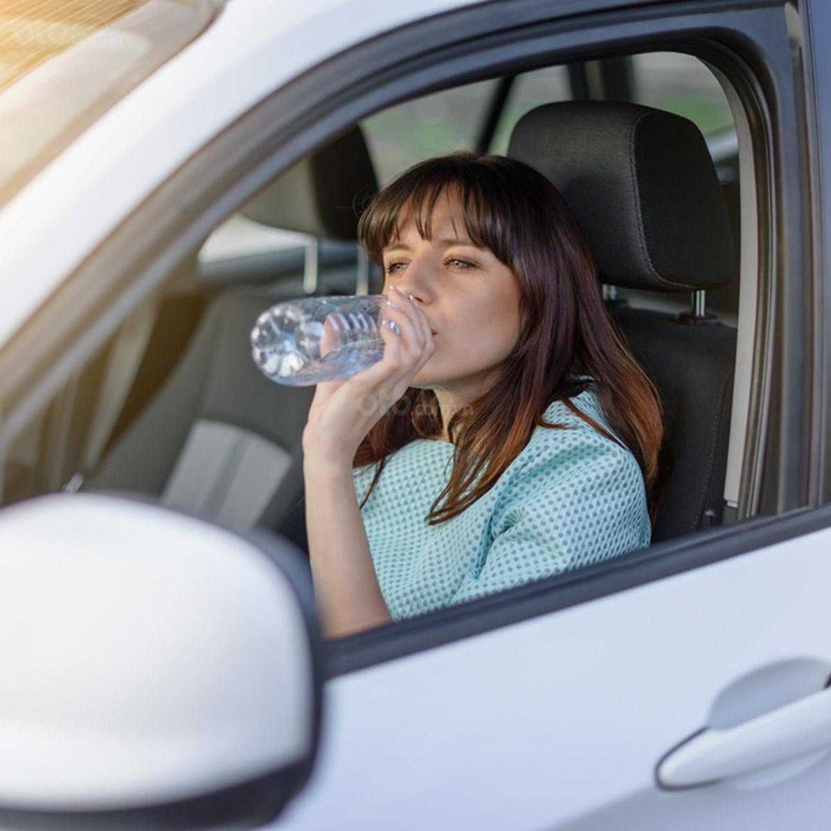 Những món đồ nên để trên xe ô tô vào ngày hè