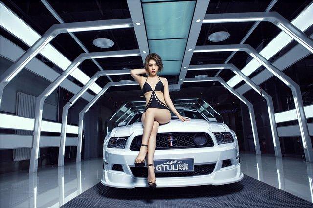 Ngất ngây ngắm chân dài nóng bỏng bên xe Ford Mustang