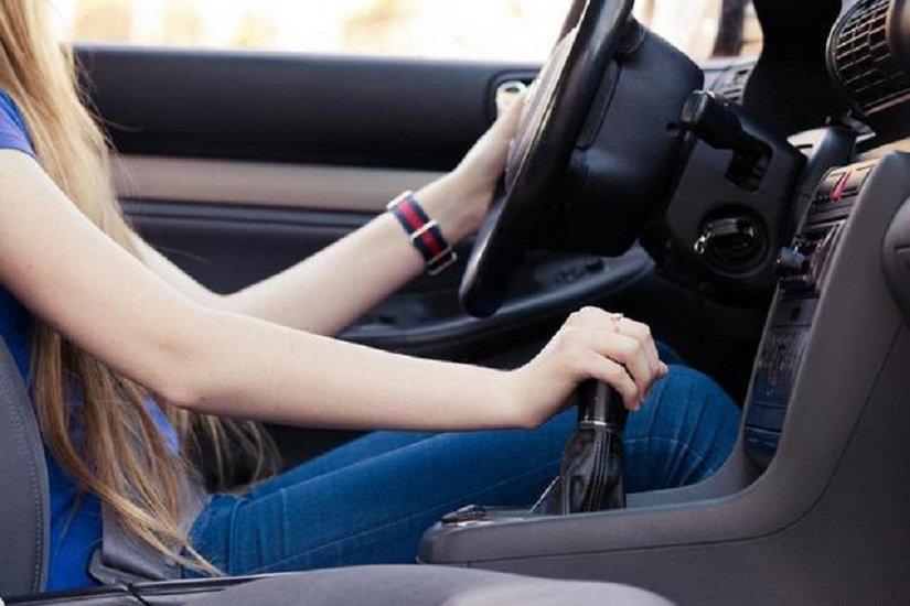 Mẹo lái xe ô tô số sàn an toàn trong thành phố