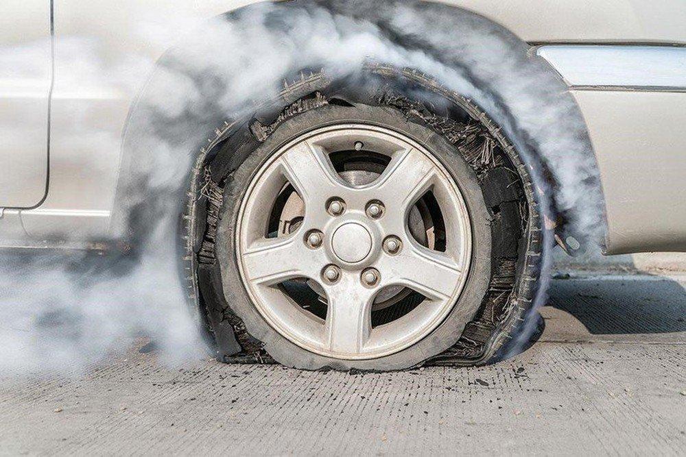 Xử lý như thế nào khi nổ lốp ô tô bất ngờ