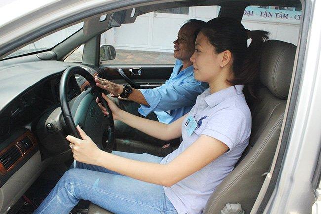 Lựa chọn trang phục lái xe ô tô an toàn và hợp lý