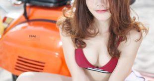 Mặc bikini gợi cảm bên xe tay ga vespa cổ