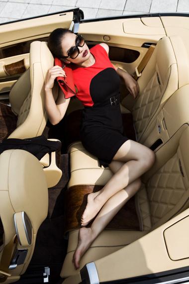 Diễn viên bí mật Eva tạo dáng bên siêu xe Bently