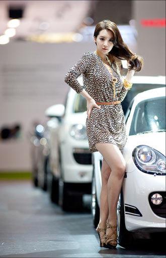 Kiều nữ Hàn Quốc khoe dáng bên xe sang