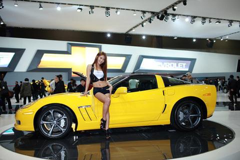 Người đẹp tạo dáng bên Chevrolet