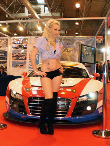 Người mẫu quyến rũ ở triển lãm xe hơi thể thao