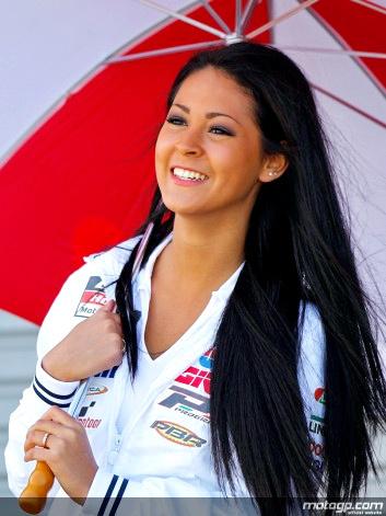 Người mẫu xinh đẹp bên đường đua motoGP