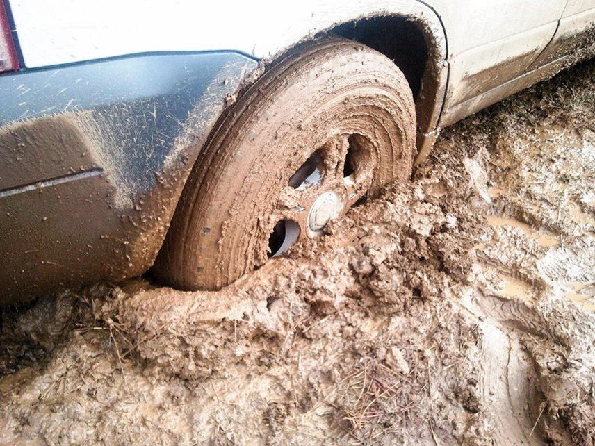 Kinh nghiệm và mẹo lái xe ô tô vượt qua quãng đường lầy lội