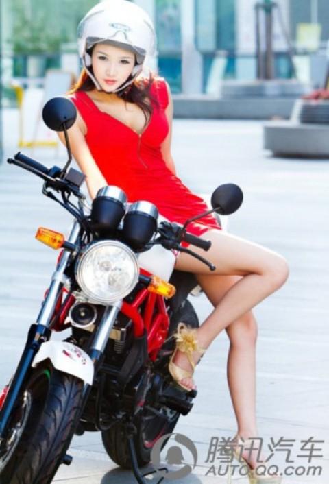 thiếu nữ đẹp nhẹ nhàng bên xế nổ