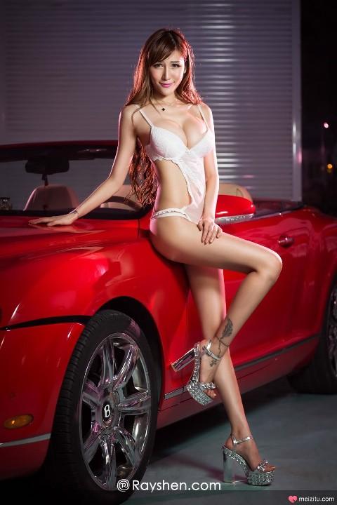 Thiếu nữ khoe sắc nóng bỏng bên Bentley