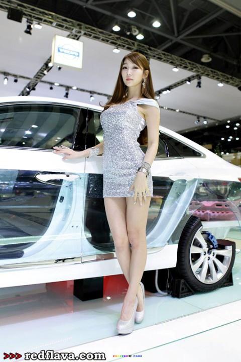 Mỹ nhân Hàn khoe sắc bên xe lạ