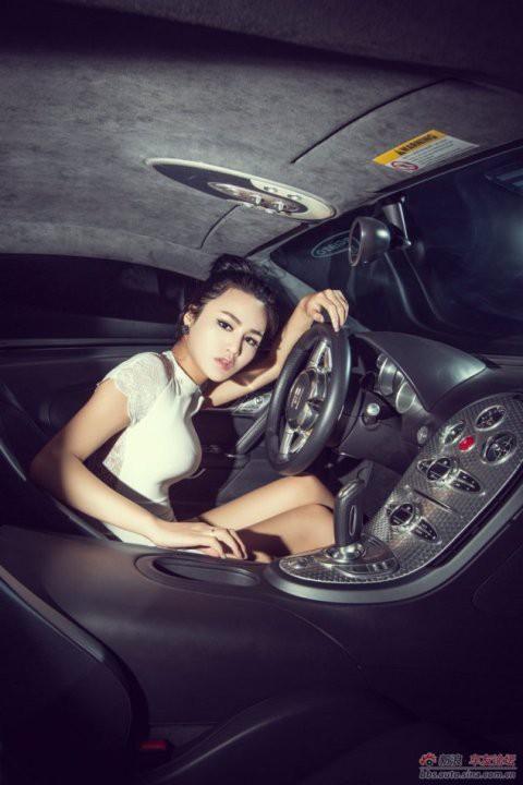 Chân dài gợi cảm bên Bugati Veyron