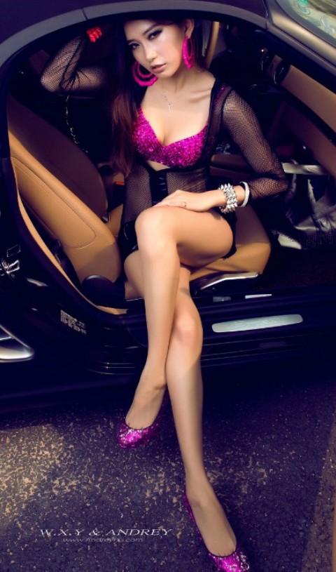 Sắc hồng quyến rũ bên xế sang Porsche
