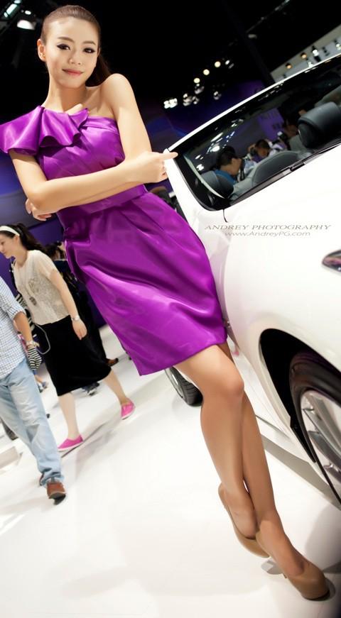 Váy tím nổi bật trong triển lãm xế hộp