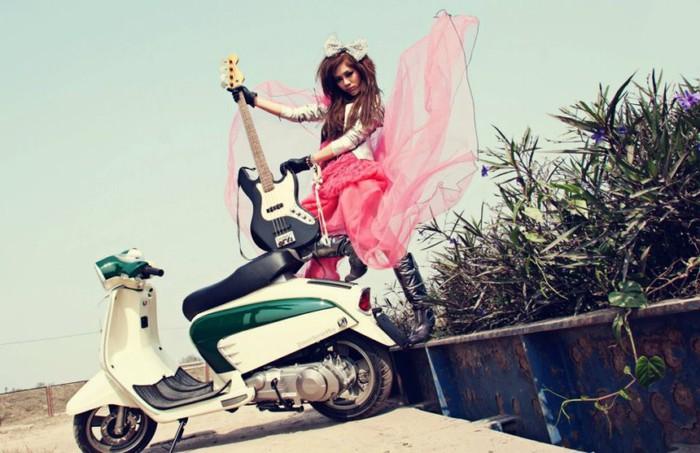 Hot girl Hà Min cháy với rock bên đồng hoang cùng xe Lambretta