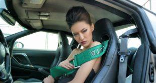 Người mẫu khoe dáng bên xe độ