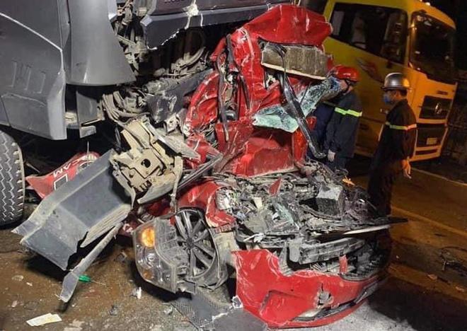 Xe container đè bẹp ô tô con làm 3 người chết